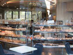 鳩山会館に行く途中、目白新坂をおりていくと、名前が気になっていた「関口フランスパン」がある。 お店のHPを見ると、なんと130年以上の歴史のある日本で初めてフランスパンを作ったお店。とても興味深いので一度HPをご覧ください。 https://www.sekiguchipan.co.jp/sekiguchi_co.html  ここでまた揚げたてのカレーパン等数種購入。 イートインもでき、地元の方々に愛されているお店のようでした。場所のわりに、リーズナブルで美味しかった!