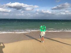 波と追いかけっこを始める娘。