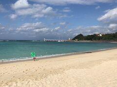 しばらくビーチで遊びました。 次は奥に見えている海中展望塔へ行って見ることに。 続く。