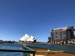 右側にはオペラハウス。  この日は雲一つない良いお天気で、この写真も編集全くなし、見たまま真っ青な空です、白いオペラハウス、映えますね~。気温も28度くらいまで上がりましたが、風があるので日陰は割と涼しいです。