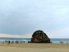 20分ちょっと歩いて、稲佐の浜にやってきました!\(^o^)/ 八百万の神をお迎えする、神迎え神事を行う浜です。