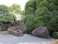 倉敷アイビースクエアは以前は徳川幕府の代官所があった場所で、その石碑が建てられています。