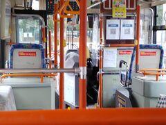 お兄ちゃん達は 軽井沢で ボードを抱えて 降りて行きました  09:01上田到着 急いで 上田電鉄の代替バスに乗車します 2019年の大雨で 列車の橋が流されて 次の駅までは バスで輸送だそうです