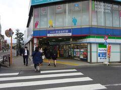 そのロータリーに面して、京成金町駅もある。 まだ朝の通勤通学時間帯なので、賑わっている。