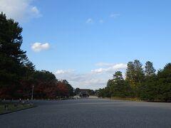 ただし降りる駅を間違えて京都御苑にたどり着く。  京都御所≠京都御苑なのが理解できてなかったです。 丸田町の地下鉄駅近くからスタートすると、京都御所の建物が遠くに小さく見えて大ショック。