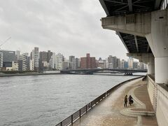 隅田川に出てきました。 先に見えるのは両国橋です。