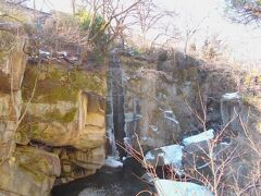 磊々峡の時雨滝です。 かなりの部分が凍結しています。