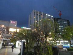 すっかり暗くなった仙台駅東口前。