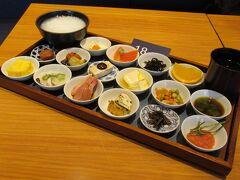 07:45 築地本願寺境内のカフェ「Tsumugi」に並び始め 08:00    精進料理風「18品の朝ごはん」。 早朝、家で軽く食べて来たので本日2度目の朝食です。 でも、この日の昼食は無しだったから実質早目のランチかな・・ 09:15 店を後にします。  築地場外市場や波除神社に立ち寄り、
