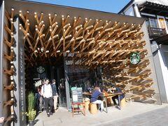 参道でひときわ目立つこちらのお店はスターバックス。 建築したのは隅研吾。 いかにも!な外観で人目を惹く。