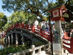境内に入ってすぐのところにある心字池にかかる太鼓橋。 なかなか絵になる橋。 渡っている所よりも横から見る方が綺麗。