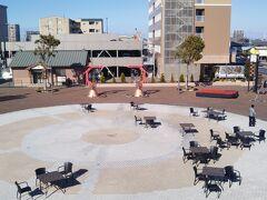 【零日目】 丸亀市で宿泊する前日、愛媛県の新居浜市に滞在した。 JR新居浜駅北口前には洒落た雰囲気の広場がある。