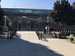 駅を出るとすぐに広い公園。その奥に目的地カリフォルニアサイエンスセンターがあります。入り口で戦闘機がお出迎えしてくれます。