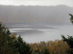 倶多楽湖も湯煙ではないと思いますが、靄がかかっていました。