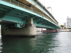 11:45 「隅田川大橋」は二層式の橋で、上の段には首都高が走っています。 さらに、地下には半蔵門線も走っているそうです。 赤い水上バスが私を追い越して行きました。