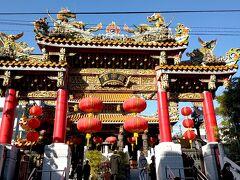 『関帝廟 』に到着しました。『かんていびょう 』と読みます。  祀られている主神は三国志の英雄としても有名な実在の武将『関羽 』。 武人としてだけでなく帳簿を発明するなど理財にも精神していたため、中国では『財神 』すなわち金儲けや商売繁盛の神様としても信仰されているそうです。