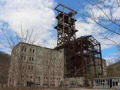 幾春別市街から数百メートルの場所に思わず、「何?これ」と思わせる威容を誇る建物があります。旧奔別炭鉱立坑櫓です。普段は敷地内立ち入り禁止なのでここからしか眺めるできません。でも、この日は年に数回の敷地内に入って見学できる日です。受付をしてから敷地の中を見て廻ります。