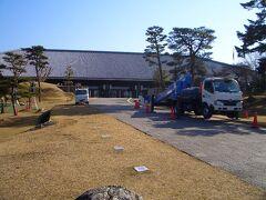 奈良県新公会堂(奈良春日野国際フォーラム 甍~I・RA・KA~)  名称が「xxフォーラム 甍」に変わっていました。「新公会堂」の方が私には馴染みがあるので、「新公会堂」を使わせてもらいます。  造園の専門校を卒業して暫くして、たまたま「なら100年会館」にあったチラシで、かつての恩師がこの新公会堂で能の公演をされることを知りました。  これは一大事と、同級生全員に連絡を取り、先生を応援しに行こう、と音頭をとったのですが、集まったのは私を含め、たったの2名です。  飲み会だとほとんどの同級生が集まるのですが、皆さん薄情者です。  それはそれとして、この新公会堂には、もう一つの思い出があります。