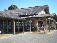 続いて物産館です。温泉館とは屋根付きの屋外廊下で結ばれています。