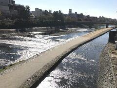 四条河原町を通り、阪急祇園四条駅から伏見稲荷駅を目指します。 鴨川がキラキラしています。お天気も良いし♪