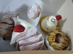 そして、なんとびっくり!こちらの有明~~ ピネードが出店しています♪♪生ケーキも豊富!こちらは名古屋が本店のケーキ屋さんで、七味クッキーが有名ですが、生ケーキも美味しいんです~♪お店に入るとふわっと甘い香りがして、大好きでした。東京の近場だと田園調布で買えます(そのためになかなか行けないけどね・・・)。各々好きなものをチョイス。 隣接しているねこねこチーズケーキは何だろうと思っていたら同じグループだということを後で知りました。