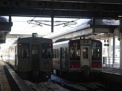 この駅から陸羽西線に乗り換え。 左が陸羽西線の2両編成のデイーゼルカー、右は奥羽本線・秋田行の電車です。