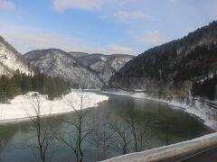 陸羽西線は最上川沿いに走ります。 車窓には冬の最上川。 天気がいいのでとても美しい雪の最上川です