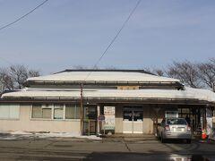 列車の関係で清川駅からまず隣の狩川駅へ。 レトロな駅舎が残っていました。