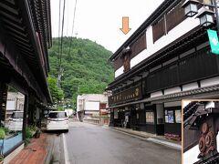 木曽福島駅から歩くこと8分、お目当ての店(画像右側)に着きました。良い感じの店ではありませんか~  ■くるまや本店 創業1716年(享保元年)の老舗の蕎麦屋です。 もともとは、代官屋敷の御用達として、水車で製粉業を営んでいました。店入口の上部(3階部分)には当時使われていたと思われる水車の歯車がオブジェになっています。  ・ホームページ  http://www.soba-kurumaya.com/ ・食べログ  https://tabelog.com/nagano/A2007/A200701/20000509/