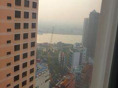3日目:部屋の窓からサイゴン川が見えます。
