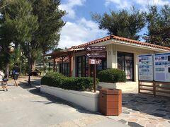 ブセナ海中公園では、広い公園内を移動するためのシャトルバスが走っています。事務所前のバス停へ行ってみると。