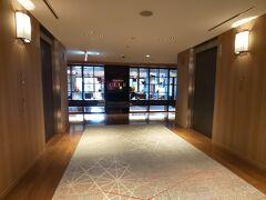 ※ミヤコスイートに宿泊☆シェラトン都ホテル東京①【Marriott Bonvoyプラチャレ宿泊記・12泊目】 https://4travel.jp/travelogue/11673774 のつづきです。  仕事を終えて到着した娘と一緒に、バータイムのクラブラウンジに行ってみました。宿泊した日のバータイムは17:00~19:00でした。アルコールの提供時間は18:30まで。 クラブラウンジはホテル2階にあります。