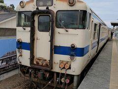 しばらくすると、終点の枕崎駅に着きました。最果てにふさわしいボロ列車(褒めている)ですね。