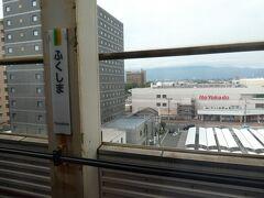 福島駅。 イトーヨーカドーが見える、ということは、14番ホームに到着している、ということで、 乗った「やまびこ」は、山形新幹線を連結する便であったか。