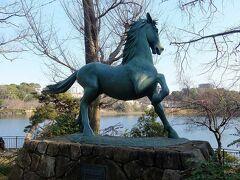 千束八幡神社の名馬・池月の像