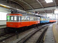 古い電車が停まっていますね。  一番先頭は、モハ2形.昭和31年東急車輛製108号車。 後ろは、モハ1形.昭和25年汽車會社東京製作所製106号車(青)・104号車。  箱根登山電車と言ったら、この電車ですよ。 あぁ、乗りたかったな。