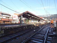 8:02 箱根登山鉄道/強羅駅脇の踏切を渡ります。