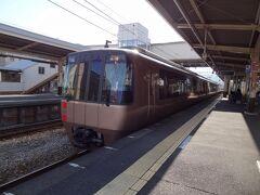 ゴゴゴゴォー 特急はこね50号.新宿行が通過します。  小田急30000形 Excellent Express (EXEエクセ)。 平成8年デビューの小田急最古参の特急車です。