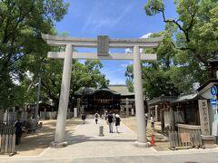 石切神社の本殿。ここは、鳥居下にある「お百度石」と本殿との間をぐるぐる回る「お百度参り」が有名な場所です。画面に写っている人はそうやってお参りしていました。
