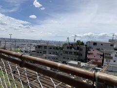 今日は晴れてあまりに暑いこともあり、このまま生駒山を登るのは諦めて、近鉄石切駅から生駒駅までワープすることにしました。 石切駅は大阪平野を一望できる場所にあるので、街並みが結構よく見えます。下の線路は、近鉄の線路で、大阪と奈良を結ぶドル箱路線です。