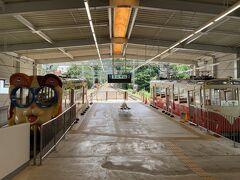 生駒駅に着き、次はケーブルカーで宝山寺を目指すことにしました。このケーブルカーは山頂に遊園地があるために変なデコレーションがなされていますが、日本で最初の商用ケーブルカー(1918年開業)と、由緒ある路線です。