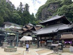 本堂に到着しました。 一見すると、普通の寺院のようですが、すごい場所でした。理由は後ほど。
