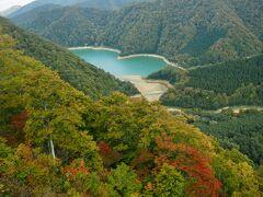 エメラルドグリーンの二居湖。  ドローンからの眺めているみたいです。  絶景。