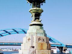 江戸期の港の入口に建つ太助灯籠(江戸講中灯籠)。