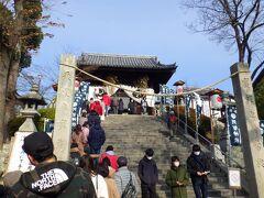 「福山天然温泉ルートイングランティア福山SPA RESORT」を出発し、1時間ちょっとで「阿智神社」に到着しました。三が日のせいか学校の校庭が臨時駐車場になっていて無理なく駐車できました。