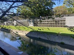 熊本城・市役所前で降りてお堀沿いを歩いていきます。
