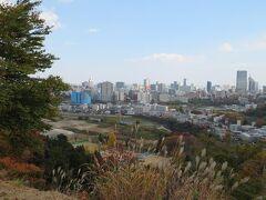 仙台城跡(青葉城址)を歩きます。 高台から眺める仙台市内。