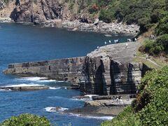 海に突き出た特徴的な縞々模様の大断崖