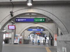 京阪電車宇治駅到着。 振り返るとホームの時計は、ぴたり10時半。
