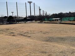 瀬谷本郷公園に到着。野球場やテニスコートもありました。この辺は川の左側が横浜市で右側が大和市です。